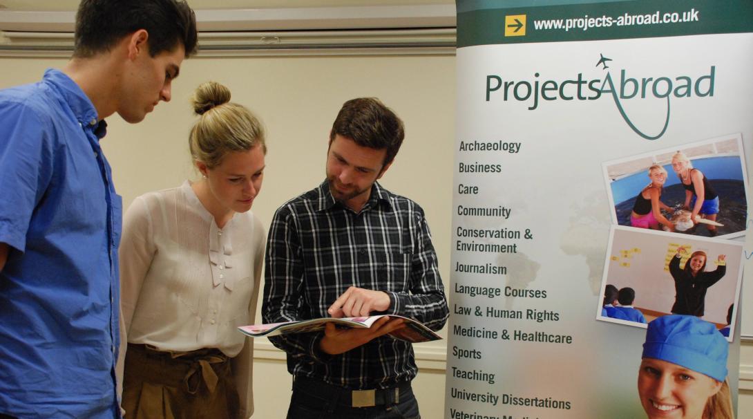 Personal de Projects Abroad informando a estudiantes sobre nuestros proyectos.